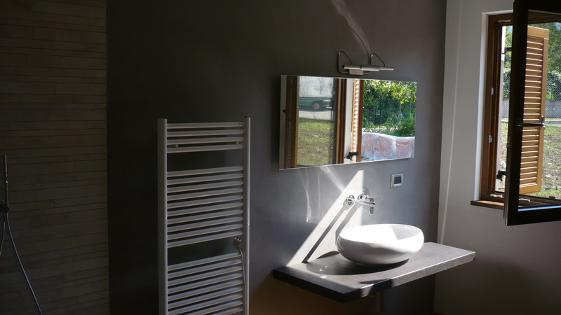 Dettaglio rivestimento parete bagno in resina